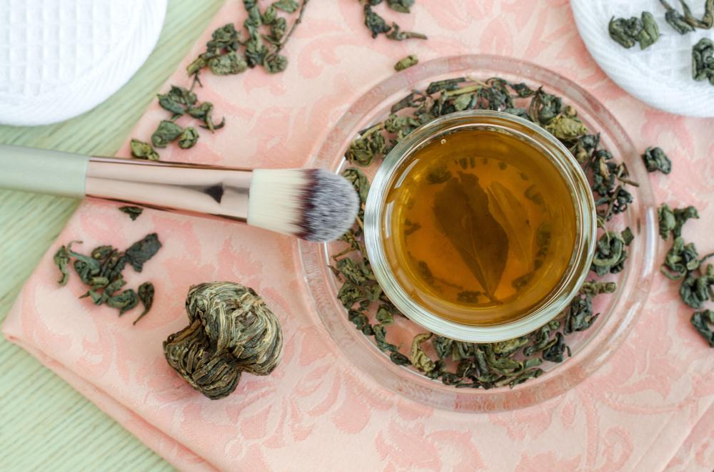 Cách se khít lỗ chân lông bằng nước trà xanh